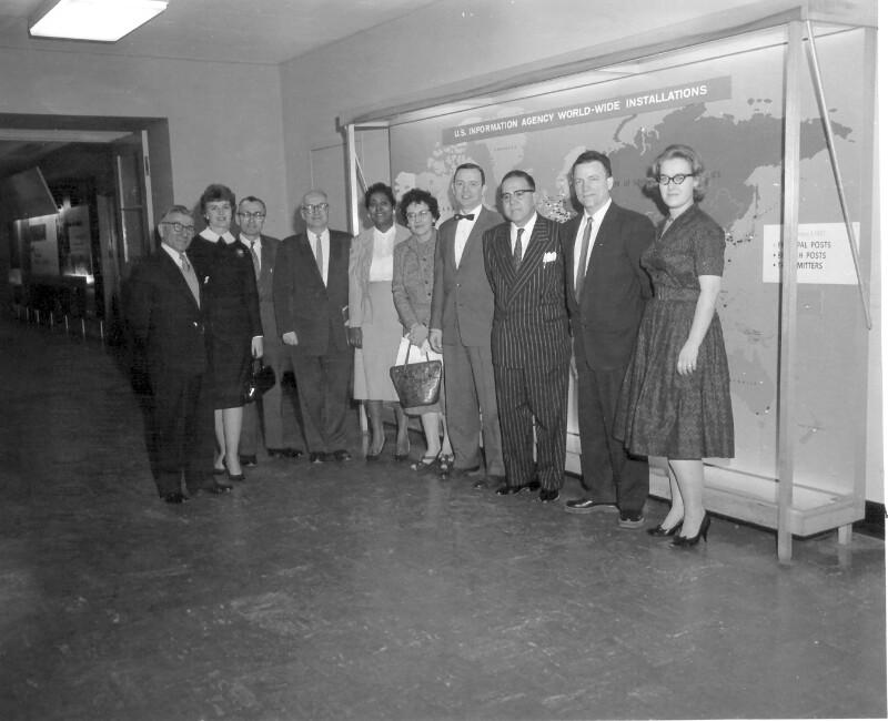 """Vincent Gugliotta und weitere Mitarbeiter der """"Voice of America"""", Washington 1960"""