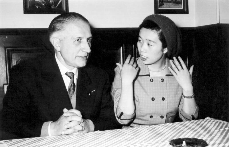 Rene Llech-Walter lädt mit der japanischen Journalistin Yoshiko Kajino zu einer Pressekonferenz, Perpignan 1959