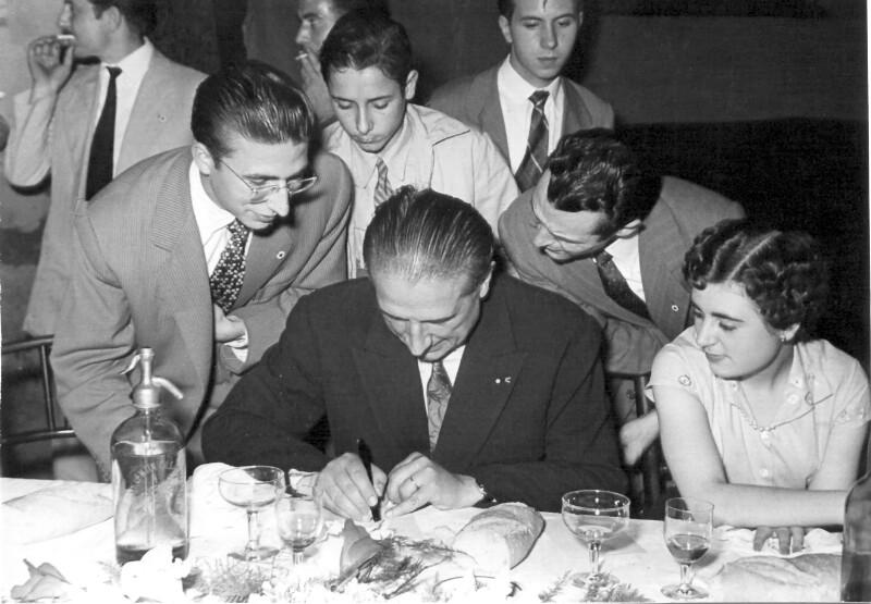 Rene Llech-Walter gibt Autogramme, Tarrasa 1955