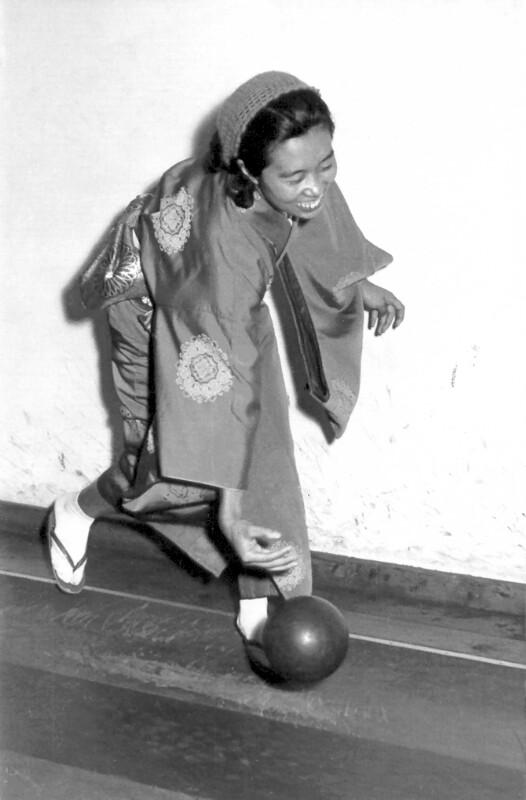 Yoshiko Kajino im Kimono beim Kegeln, Schloss-Holte bei Bielefeld 1957