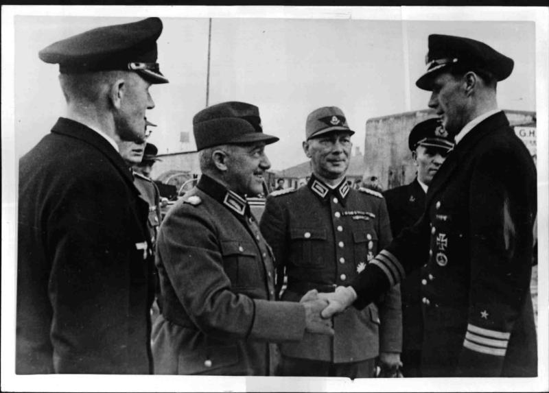 Reichsarbeitsführer Hierl besucht einen U-Boot-Stützpunkt am Atlantik