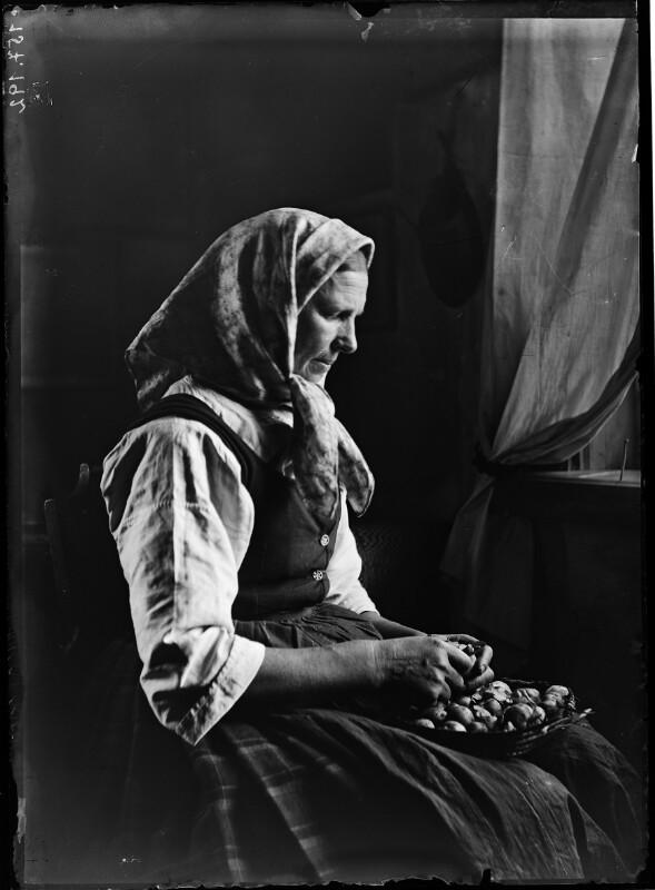 Bäuerin beim Schälen von Erdäpfel