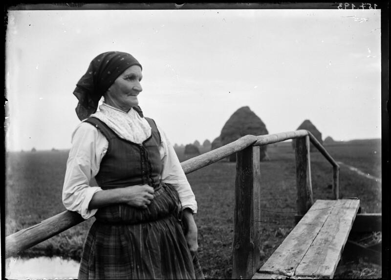 Bäuerin auf einem Steg