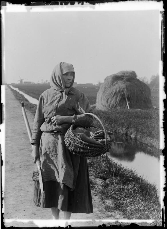 Frau mit Korb und Spaten