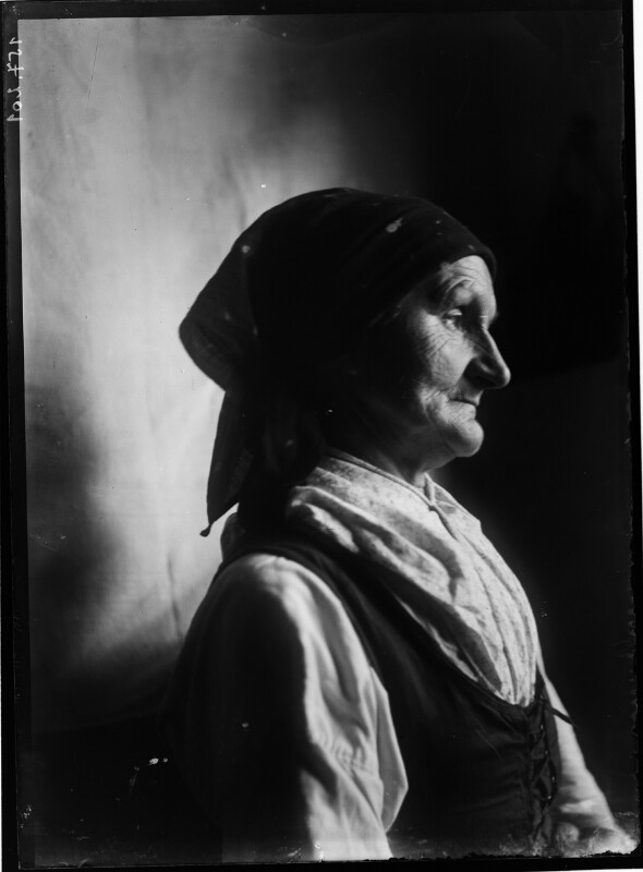 Alte Frau mit Kopftuch