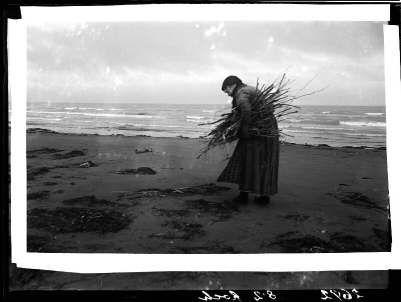 Holzsammlerin am Strand