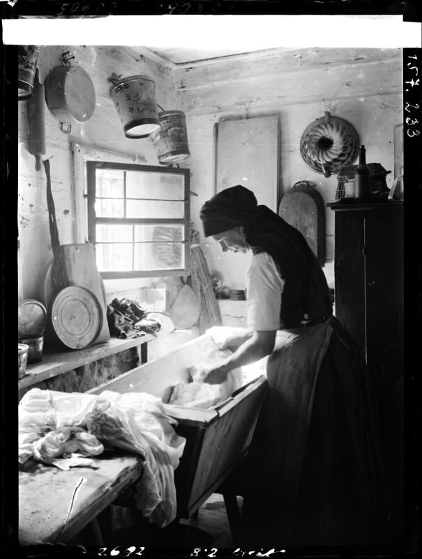 Frau bei Waschtrog