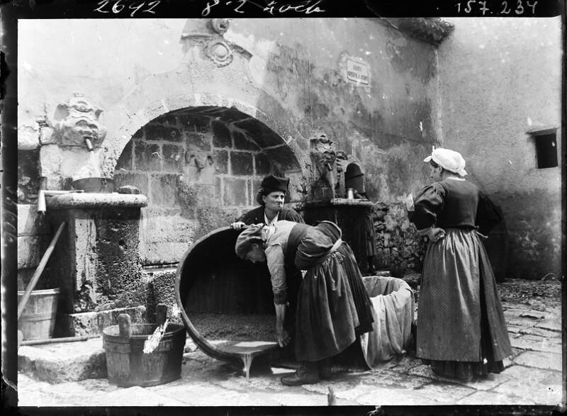 Frauen beim Brunnen beim Wäschewaschen