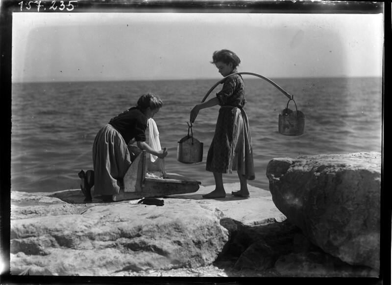Wäscherin am Meeresufer