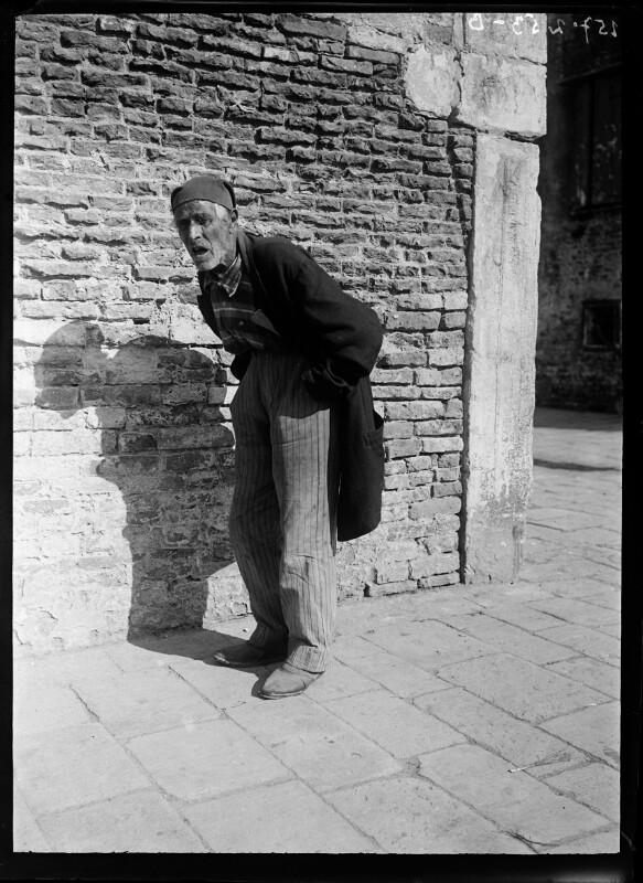 Gebeugter Mann aus Chioggia, Italien
