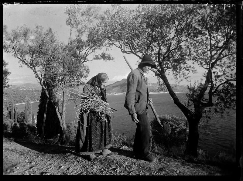 Altes Paar mit Stock und Reisigbündel, bei Gardasee