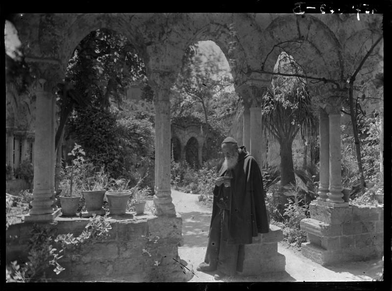 Mönch im Klostergarten