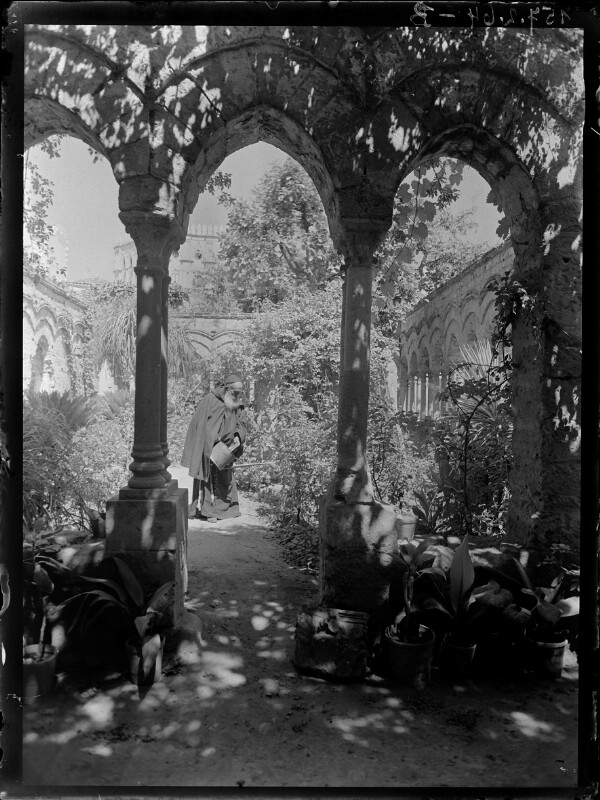 Mönch mit Gießkanne in Klostergarten