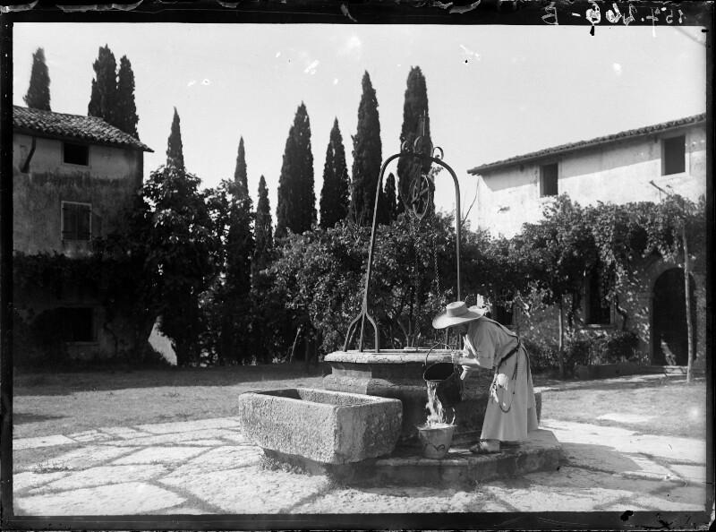 Mönch bei einem Brunnen