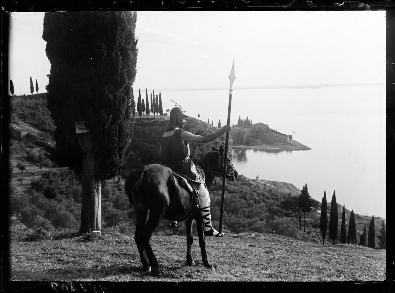 Kostümpose: Reiter mit Lanze am Gardasee