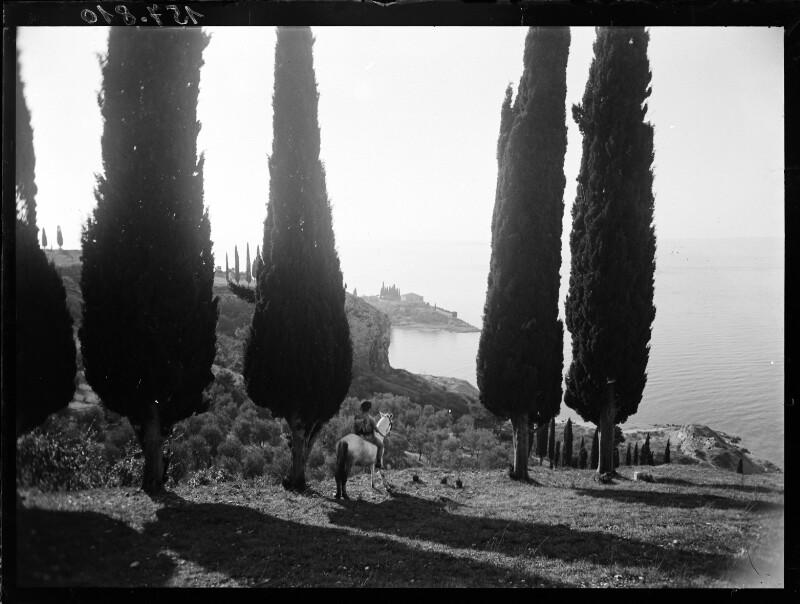 Kostümpose: Reiter unter Zypressen am Gardasee