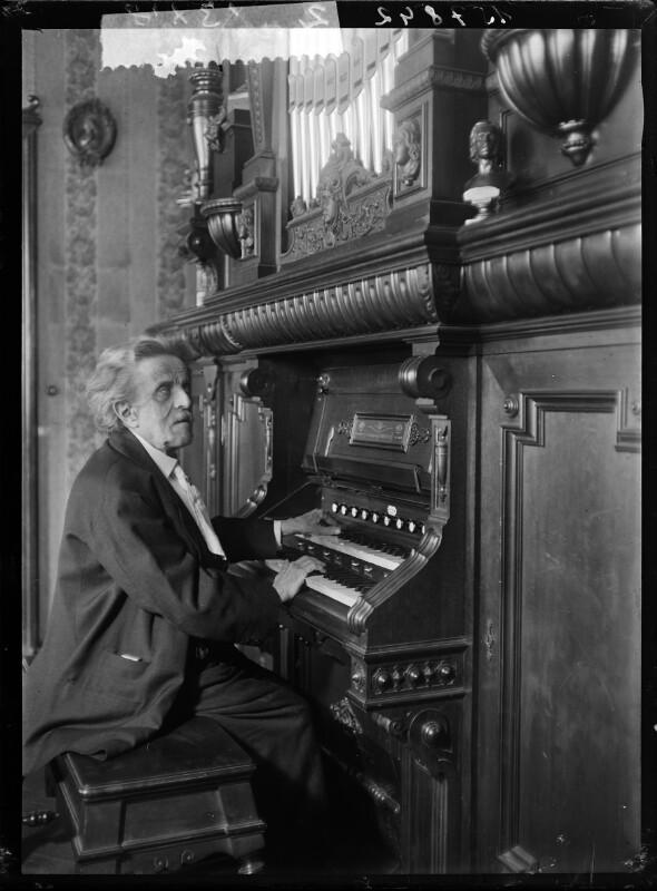 Bildnis Josef Labor an der Orgel