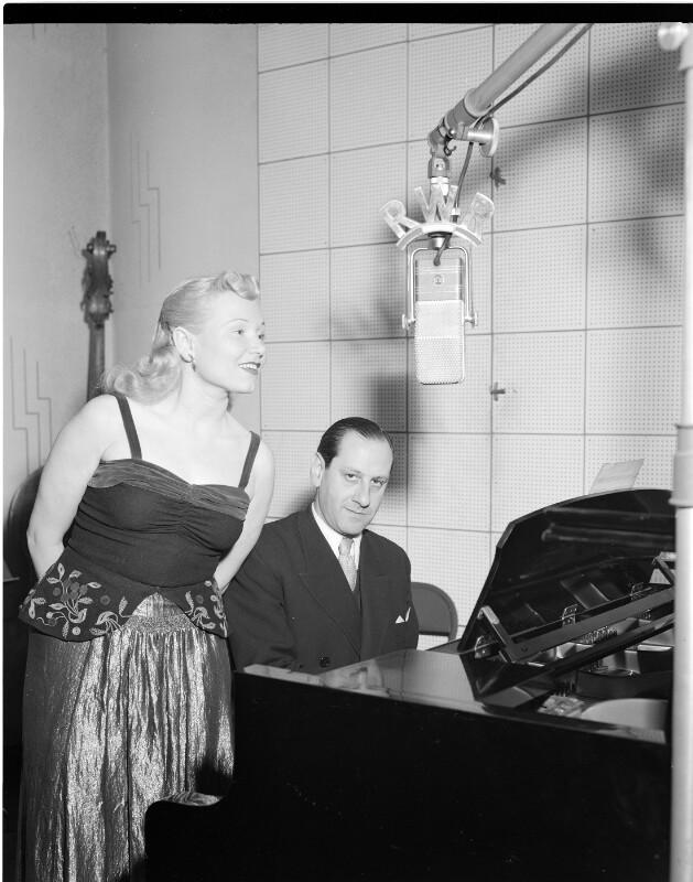 Wiener mit seiner Ehefrau Cissy Kraner im Studio Wien des Senders Rot-Weiß-Rot, 1950©Bildarchiv Austria, ÖNB