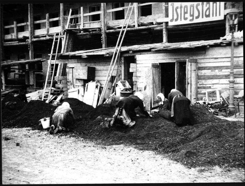 Frauen beim Kohleklauben