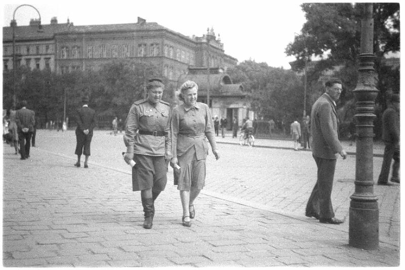 Zwei Sowjetsoldatinnen am Karlsplatz