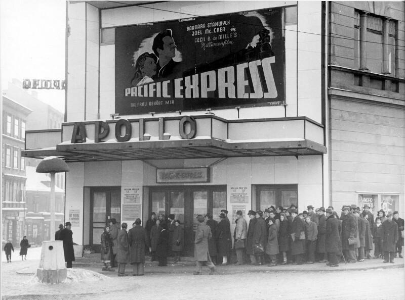 Menschenschlange vor dem Apollo-Kino in Wien