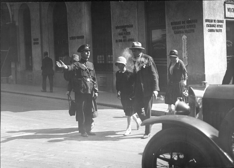 Verkehrsregelung durch Handzeichen des Polizisten