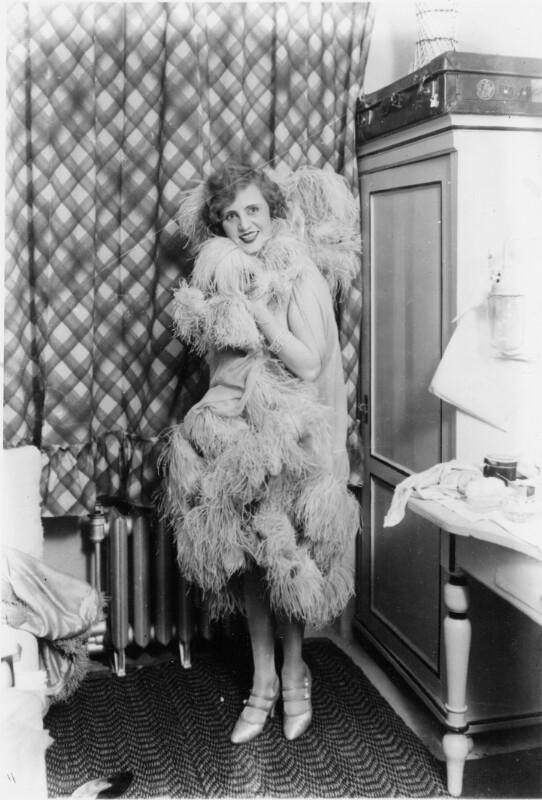Frau mit Kleid mit Federbesatz