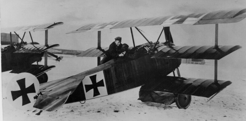Manfred von Richthofen in einem Dreidecker Fokker