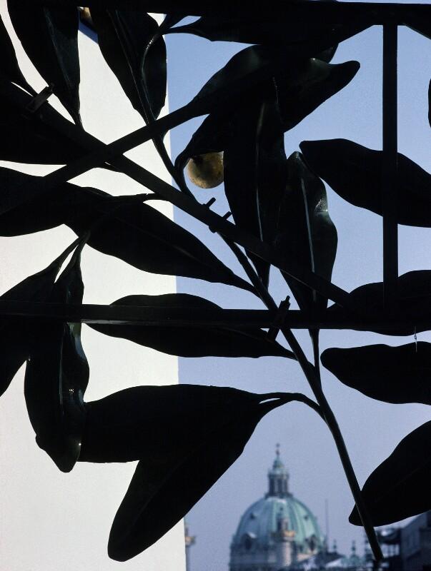 Blick zur Karlskirche