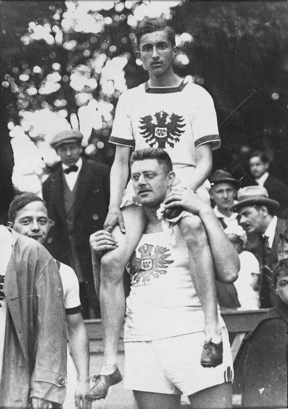 Lothar Rübelt auf den Schultern eines WAC-Klubkollegen