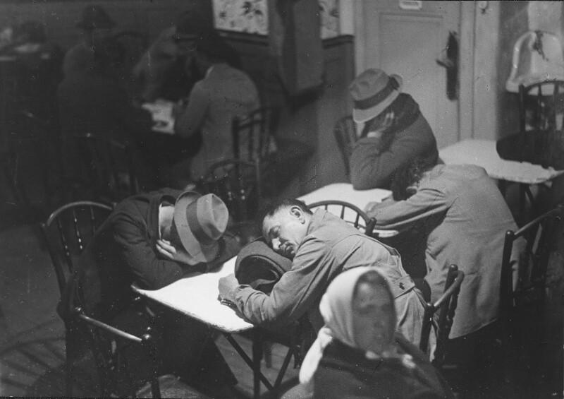 Schlafende Markthelfer in einem Naschmarktcafé