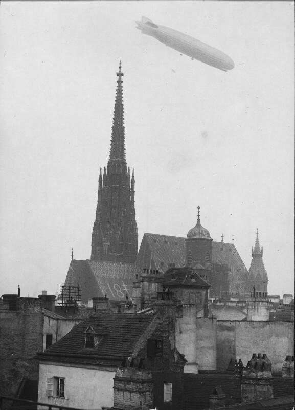 """""""Graf Zeppelin"""" über dem Stephansdom"""