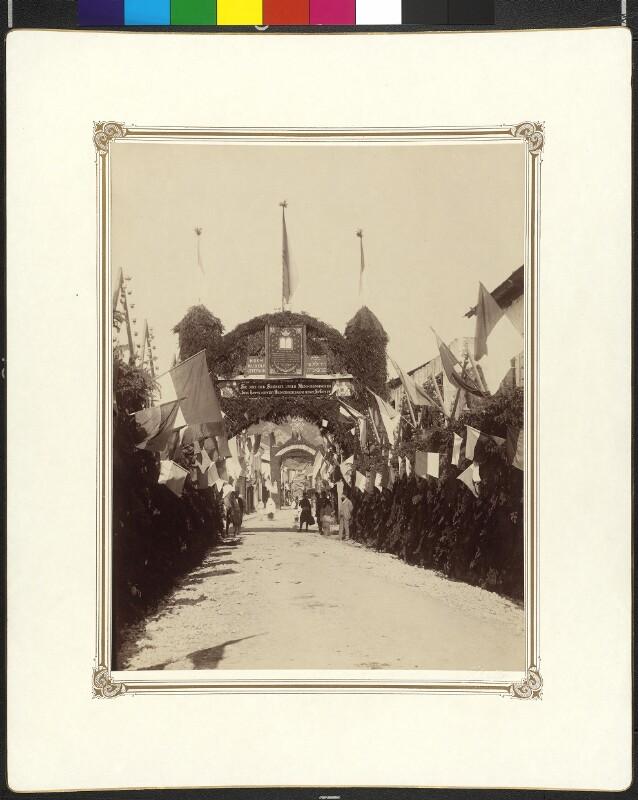 """Triumphbogen der spanisch-sefardischen Gemeinde, mit dem Triumphbogen der serbisch-orthodoxen Gemeinde im Hintergrunde"""""""