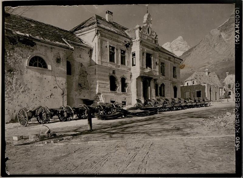 Erbeutete italienische Geschütze am Hauptplatz in Flitsch
