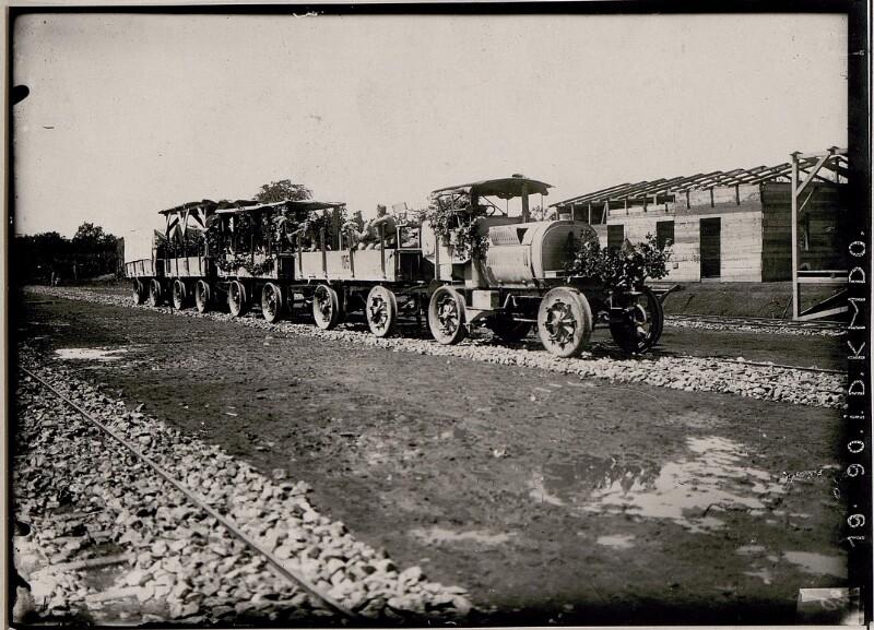 Erste Fahrt der Feldbahn bei Comen