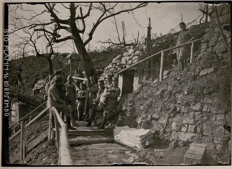 Generalmajor Nöhring, Brigadier samt Stab beim Bataillon-Unterstand; unter Höhe 240