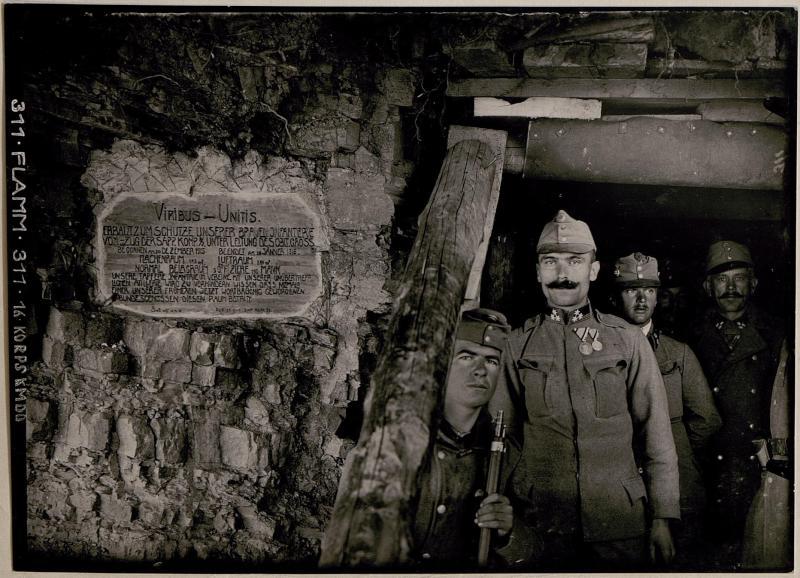 Eingang zur grossen Kompanie-Caverne am Kalvarienberg; Abschnitt Podgora, westlich  Görz.