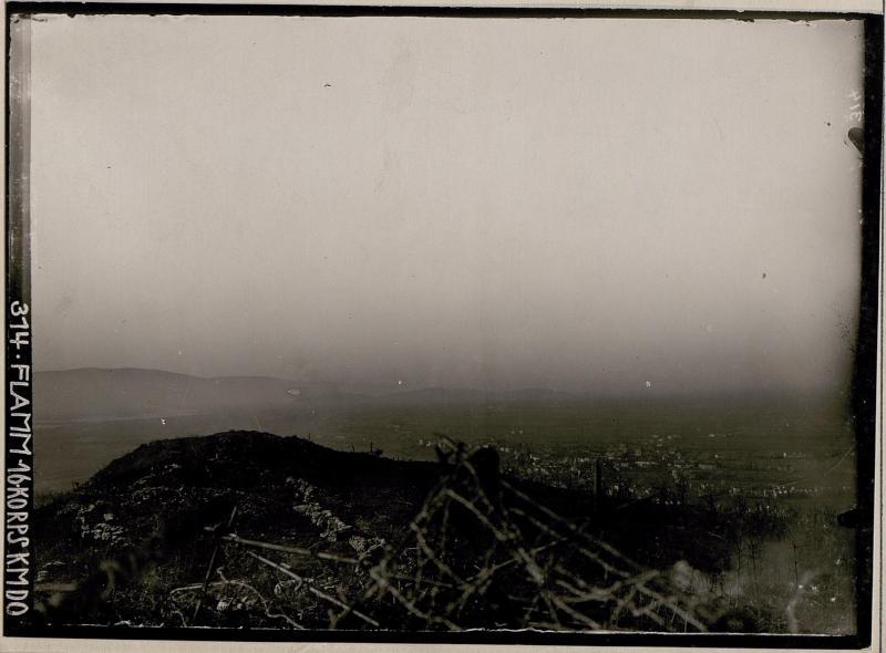 Blick vom Schützengraben bei den Drei Kreuzen auf Podgora zu den italienischen Stellungen