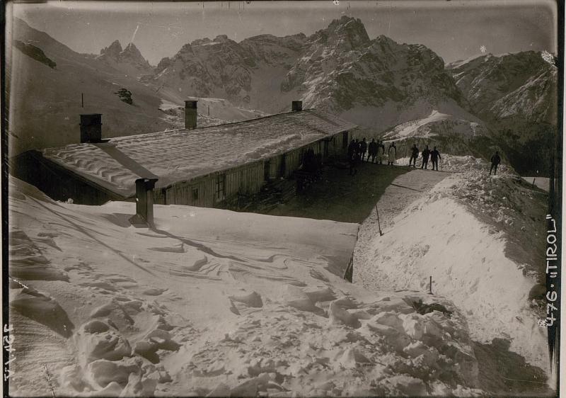 Baracken am Tonrast mit Schusterspitze und Drei  Zinnen