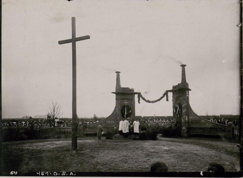 Allerseelenfeier am Heldenfriedhof in Stryj, von Truppen ausgeführtes baukünstlerisches Tor.