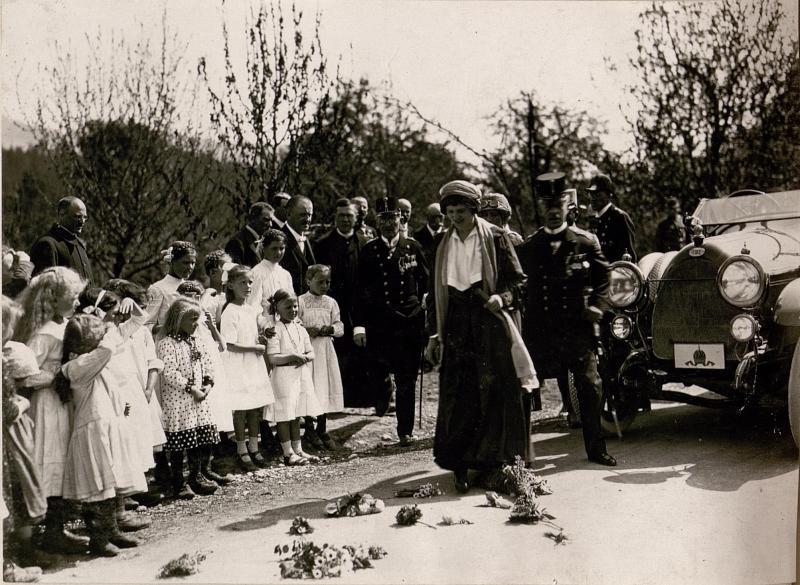 Kaiser in Zita besichtigt die abgebrannte Ortschaft Pöckau