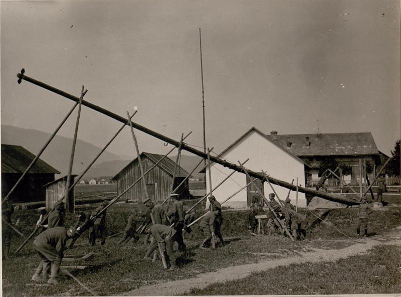 Bau der Funkstelle in Auen bei Villach.Aufstellen eines Mastes.