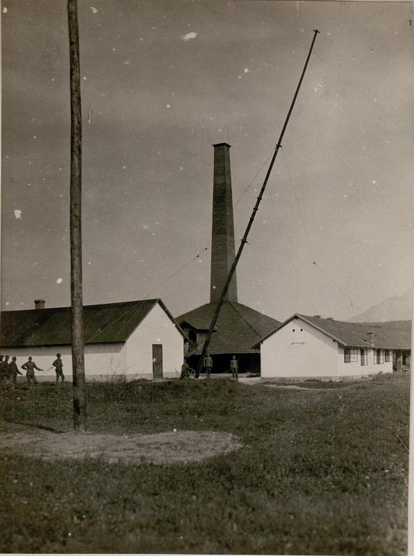 Bau der Funkstelle in Auen bei Villach.Aufstellen eines Mastes