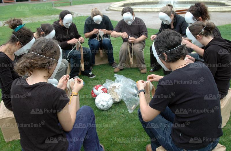 EURO 2008: Aktivisten nähen Fußbälle