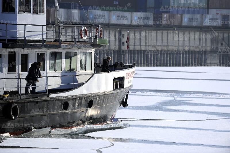 """Eisbrecher """"Eisvogel"""" befreit den Wiener Hafen"""