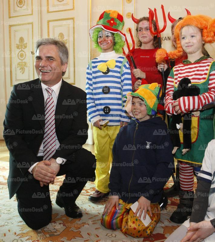 Fasching 2009 - Kostümierte Schüler besuchen Werner Faymann
