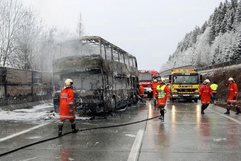 Doppeldeckerbus auf der Tauernautobahn ausgebrannt