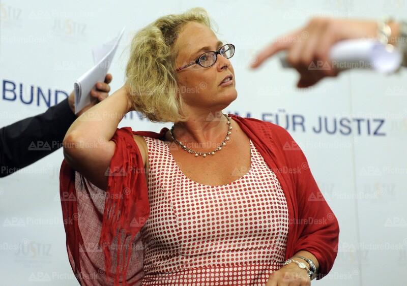 Bundesministerin Bandion-Ortner nach der Pressekonferenz