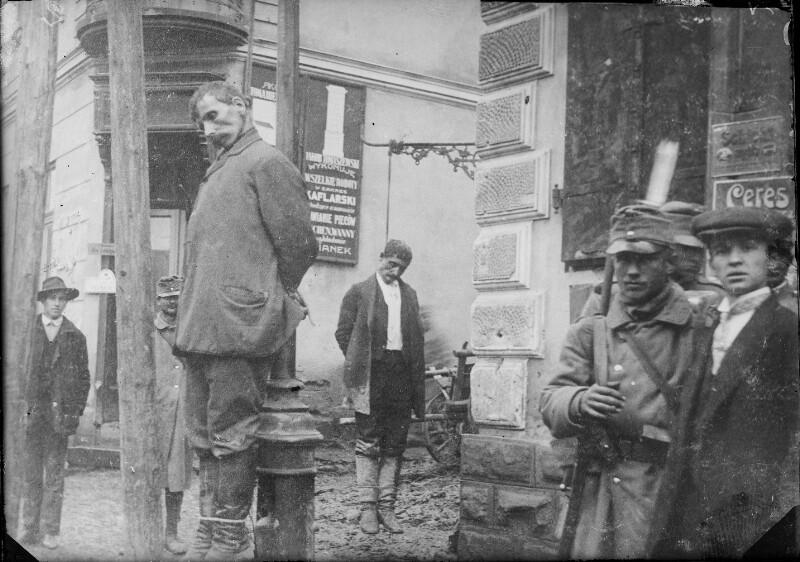Zwei erhängte Zivilisten in Russisch-Polen
