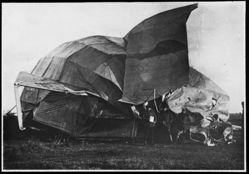 Abgestürzter Zeppelin, die Bespannung wird abgenommen